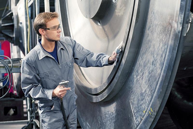 Der Overall von MEWA COMBISTAR® punktet mit praktischen Details wie einer Zollstocktasche, einer Werkzeugschlaufe und der Weitenregulierung im Rücken durch verstellbaren Gummizug.